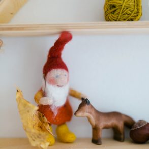 Waldorf, Filzzwerg, gefilzter Zwerg, Jahreszeitentisch Herbst, Buntspechte Figuren
