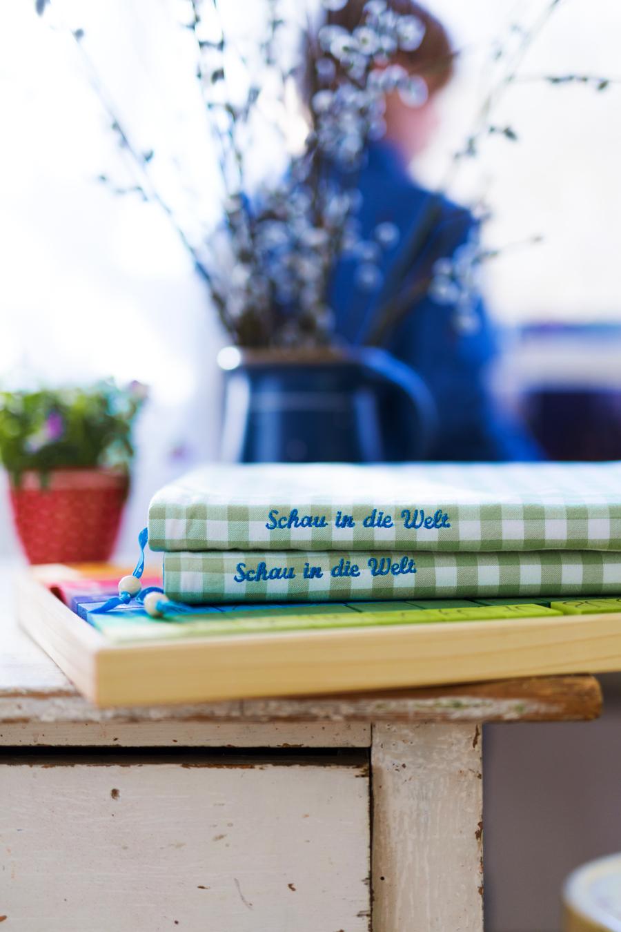 Lesebuch Schau in die Welt, Verlag Geistesleben, Waldorfschule, Waldorf, Bucheinband, bestickt, Stickdatei Meisenprinz, Daniela Drescher, acufactum