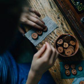 handgemachte Knöpfe aus Apfelholz, Knopf, Holzknopf, dokumentarische Fotografie, Kinderfotografie,